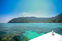 与速度小船前面的海景在素林国家公园khao la的 免版税图库摄影