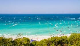 与速度小船和喷气机滑雪的美丽的海景海湾在蓝色海 免版税图库摄影