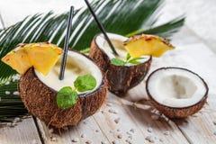 与造币厂的叶子的Pinacolada在椰子 图库摄影