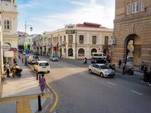 与遗产殖民地大厦的轻的交通在槟榔岛,马来西亚 免版税库存图片
