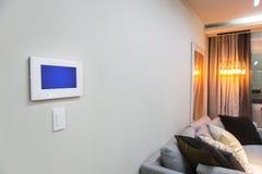 与遥控一个聪明的家庭控制架或空调的设置的家内部- 库存照片