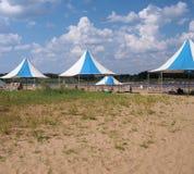 与遮篷的河海滩在夏天 免版税图库摄影