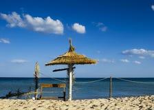 与遮阳伞伞的沙子海滩 库存照片