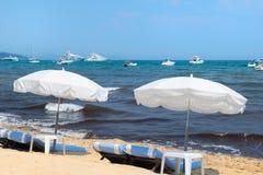 与遮阳伞和床的海滩 库存图片