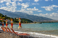 与遮阳伞和sunbeds的海滩 免版税图库摄影