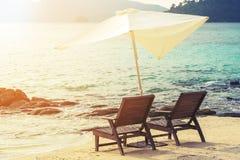 与遮阳伞在海滩,软的焦点的海滩睡椅 葡萄酒口气 假期 节假日 库存照片