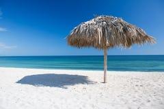 与遮阳伞的加勒比海滩在古巴 库存照片