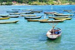 与遮阳伞的热带海滩风景在巴厘岛 免版税库存图片