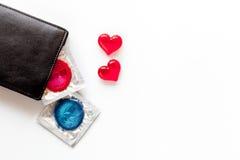 与避孕套的概念安全性交在白色背景顶视图 免版税库存图片