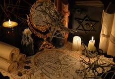 与邪魔原稿和魔术书的神秘的静物画 库存图片