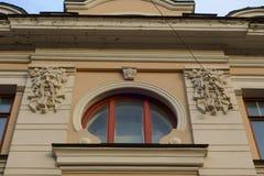 与邪魔头浅浮雕的圆的窗口  免版税库存照片