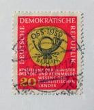 与邮政垫铁设计的老红色东德邮票 免版税库存图片