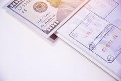与邮票的生物统计的护照页关于海外出入 美元一百一个 库存照片