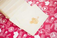 与邮票的米黄信封 免版税库存图片