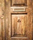 与邮箱的老木门 库存照片
