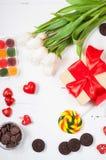 与郁金香、甜点、糖果和礼物盒的构成 华伦泰` s或母亲`天 图库摄影