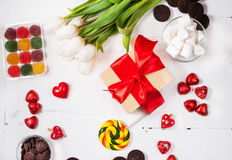 与郁金香、甜点、糖果和礼物盒的构成 华伦泰` s或母亲`天 免版税库存图片