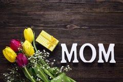 与郁金香和礼物盒花束的母亲节背景在a 库存照片