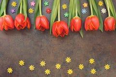 与郁金香和糖花的复活节构成 免版税库存照片