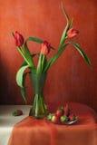 与郁金香和草莓的静物画 库存图片