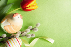 与郁金香的复活节绿色抽象背景构成 库存照片