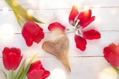 与郁金香的背景在心脏附近 免版税图库摄影