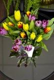 与郁金香的花瓶 图库摄影
