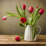 与郁金香花束的静物画 免版税库存图片