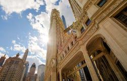 与都市摩天大楼的河步行在芝加哥,美国 免版税库存图片