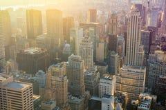 与都市摩天大楼的纽约地平线日出的, Manhatt 免版税图库摄影