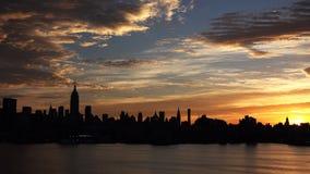 与都市摩天大楼的纽约地平线日落的HD 免版税库存照片