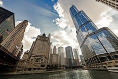 与都市摩天大楼的芝加哥河结构, IL,美国 库存图片