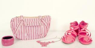 与配比的袋子和首饰的逗人喜爱的fucsia凉鞋 免版税库存图片