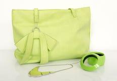 与配比的辅助部件的大霓虹绿色袋子 免版税库存照片