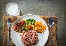 与配菜和牛奶的糙米 免版税库存照片