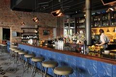 与酒吧和女服务员的老,历史建筑,老77旅馆和蜡烛类,新奥尔良, 2016年 免版税库存图片