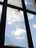 与酒吧和残破的玻璃的窗口 免版税库存图片