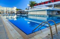 与酒吧的大游泳池在豪华热带旅馆手段 库存照片