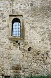 与酒吧的窗口在中世纪土耳其堡垒Akkerman里面 免版税库存照片