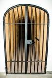 与酒吧的金属门在监狱 库存图片