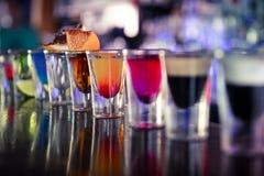 与酒和酒精的射击在鸡尾酒酒吧 免版税库存照片