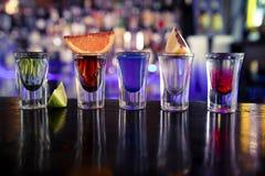 与酒和酒精的射击在鸡尾酒酒吧 库存照片