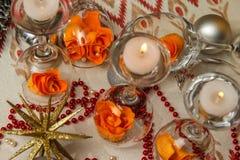 与酒杯和假花的浪漫构成 免版税库存图片