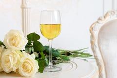 与酒杯和玫瑰的浪漫假日构成为情人节 爱、礼物和春天假日背景 免版税库存图片
