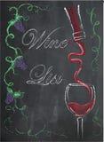 与酒杯和酒瓶的酒类一览表在黑板backgrou 免版税库存图片