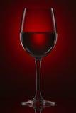 与酒杯的仍然寿命在一个红色梯度 库存图片