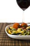 与酒杯的意大利多色意大利面食 免版税库存图片