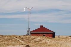 与酒涡轮和红砖房子的明亮的风景 免版税库存图片