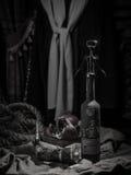 与酒瓶、玻璃和葡萄的静物画 免版税库存图片
