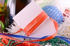 与酒瓶珍珠和空的纸笔记的圣诞节背景 免版税库存图片